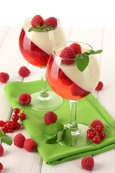 나무 테이블에 안경에 딸기와 과일 젤리