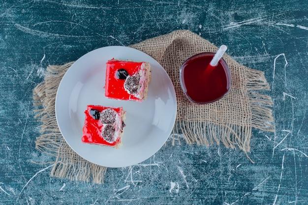 背景にフルーツジュースとケーキのボウル。高品質の写真