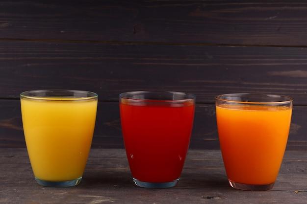 다른 색상의 유리에 과일 주스