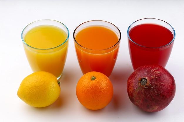 다른 색상 흰색 표면의 과일 주스