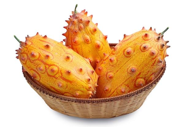 흰색 배경에 바구니에 과일 키와노