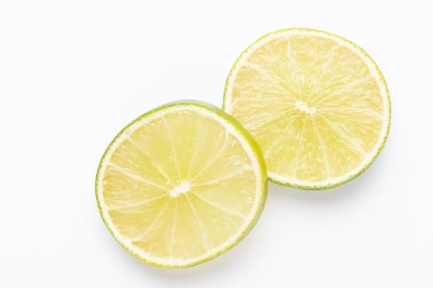 과일 라임 패턴. 음식 배경. 흰색 배경에서 신선한 감귤 류의 과일입니다. 평평하다.