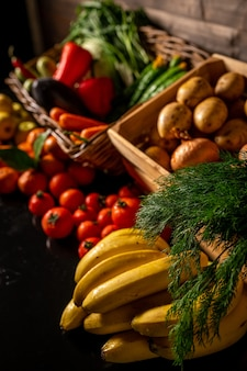 色とりどりの新鮮な果物や野菜がたくさんある果物市場高品質の写真