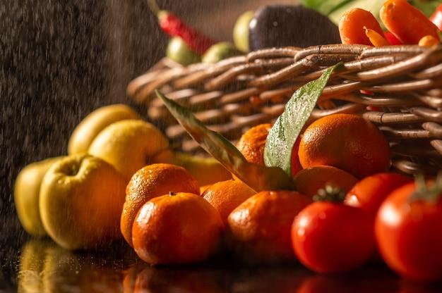 Фруктовый рынок с разнообразными красочными свежими фруктами и овощами