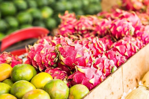 さまざまな色とりどりの新鮮な果物や野菜が並ぶ果物市場