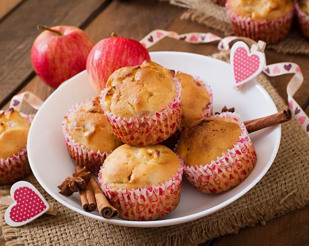 Фруктовые маффины с мускатным орехом и душистым перцем в плетеной корзине на деревянном столе