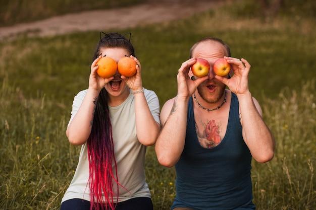 健康的なコンセプトを冗談でフルーツ自然の女性の男。適切な栄養の宣伝。ダイエット中。