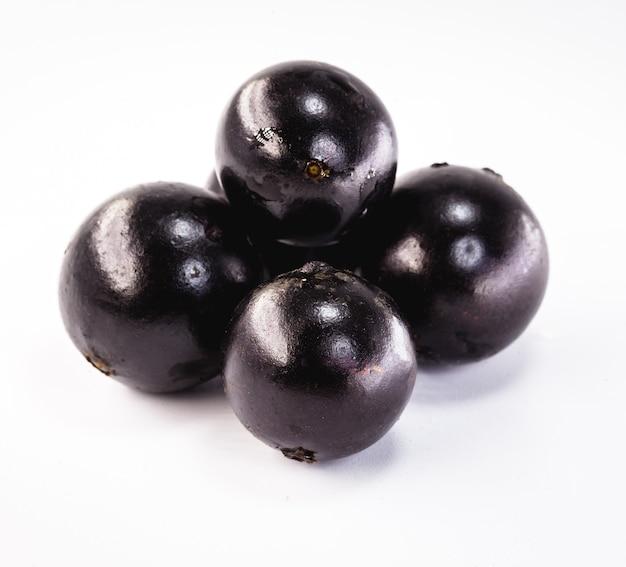 白い背景で隔離ジャボチカバの果実。