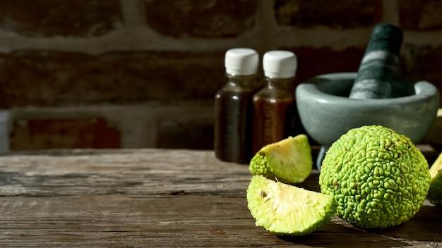 Плоды дерева maclura pomifera или конское яблоко на деревянном столе.