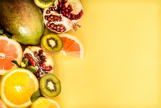 黄色の背景にフルーツ