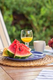 식탁 위의 과일 접시그릇에 담긴 과일바나나 포도 살구 무화과 복숭아과일이 담긴 접시
