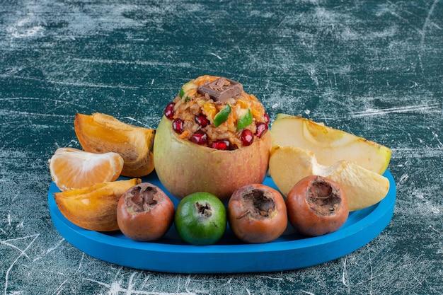 Piatto di frutta con combinazione di frutti autunnali.