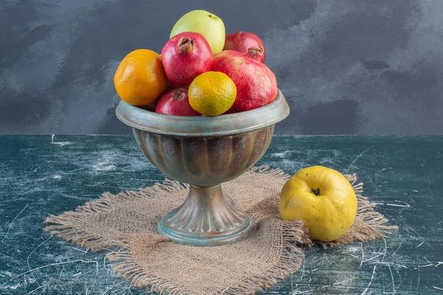Фруктовое ассорти с сочетанием осенних фруктов.
