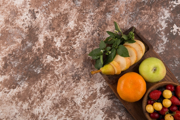 角の大理石にミントのフルーツ盛り合わせ