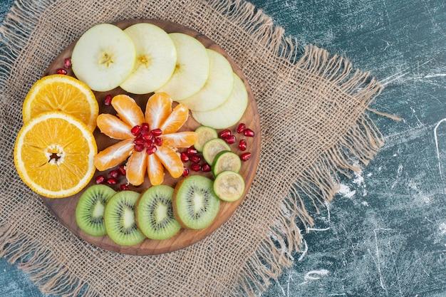 季節の刻んだフルーツとスライスしたフルーツのフルーツ盛り合わせ。