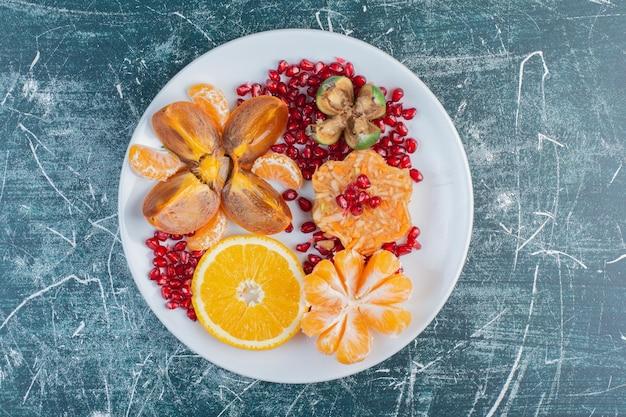 季節の刻んだフルーツとスライスしたフルーツのフルーツ盛り合わせ。 無料写真