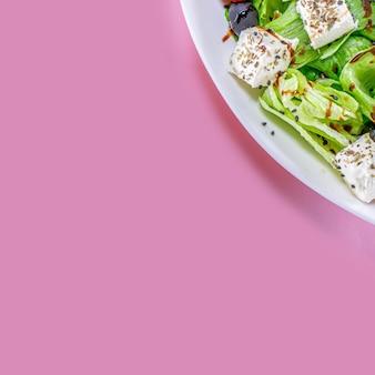 복사 공간이 있는 분홍색 배경 상단 보기에 과일 호박 사과, 당근, 생강 샐러드