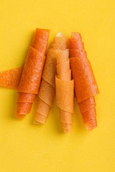 Фруктовые рулетики из апельсина, манго, банана на желтом