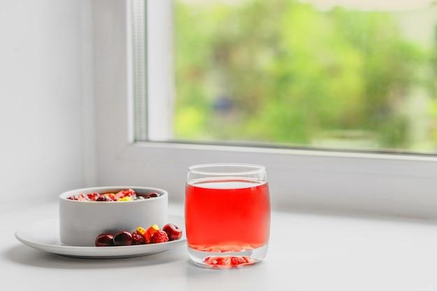 Фруктовый салат и сок у окна. концепция здорового завтрака.