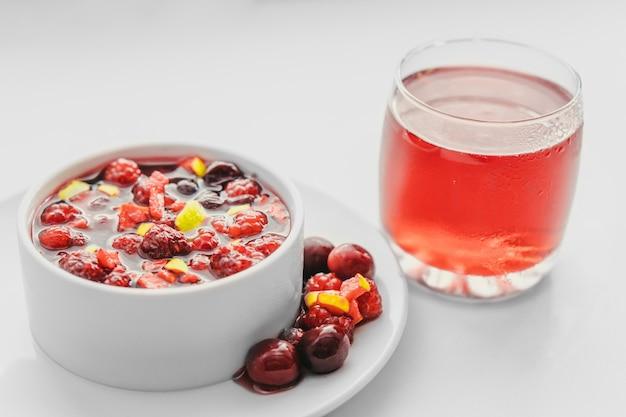 Фруктовый салат и сок на белом. концепция здорового завтрака.
