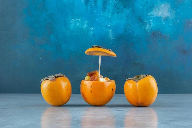 조각된 매실 대추에 과일 샐러드.