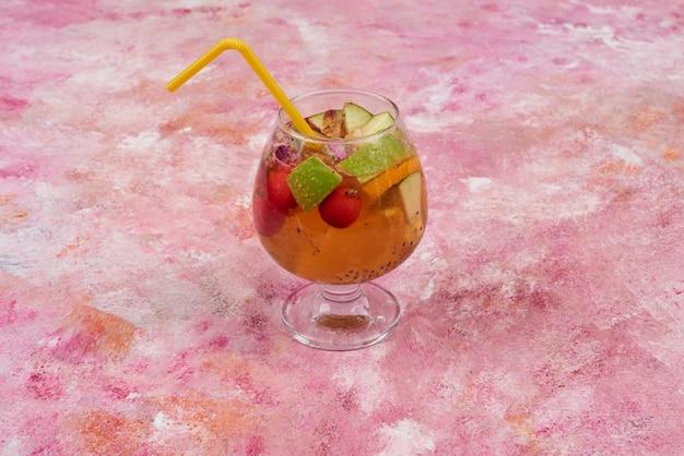 カクテルのグラスにフルーツサラダ。