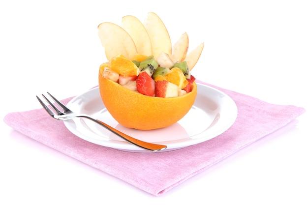 白で隔離のくり抜かれたオレンジのフルーツサラダ