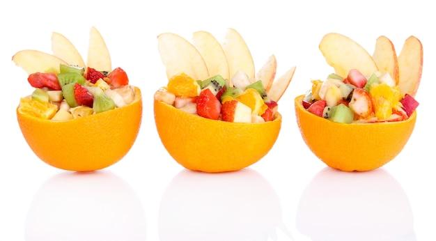 흰색으로 분리된 속이 빈 오렌지 과일 샐러드