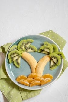 Фруктовый салат в форме пальмы