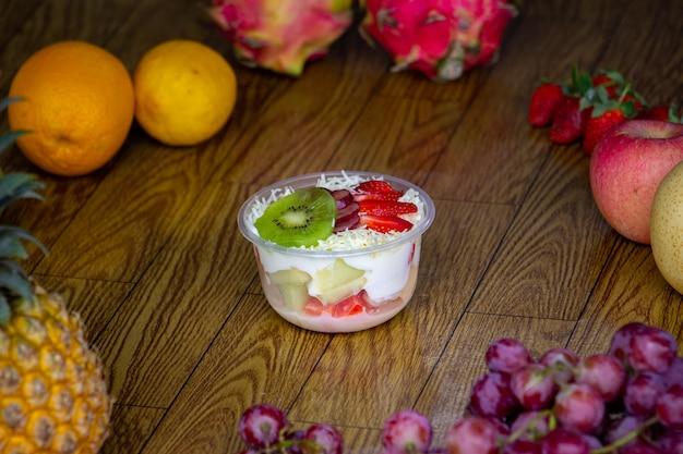 Фруктовый салат - это здоровая пища, которую легко приготовить дома