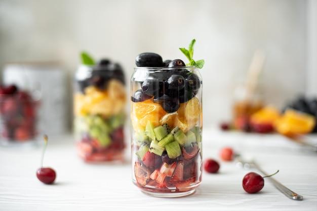 Фруктовый салат из клубники, вишни, киви, апельсина и винограда