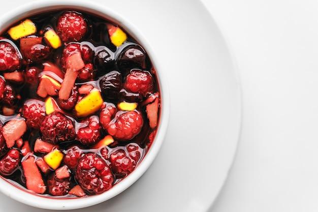 Фруктовый салат на белом. концепция здорового завтрака.