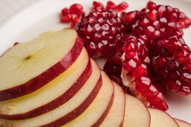 Фруктовый салат или нарезанные фрукты здоровый диетический завтрак