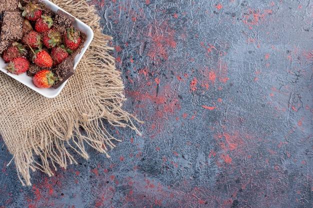Фруктовый салат с ягодами и горьким шоколадом.