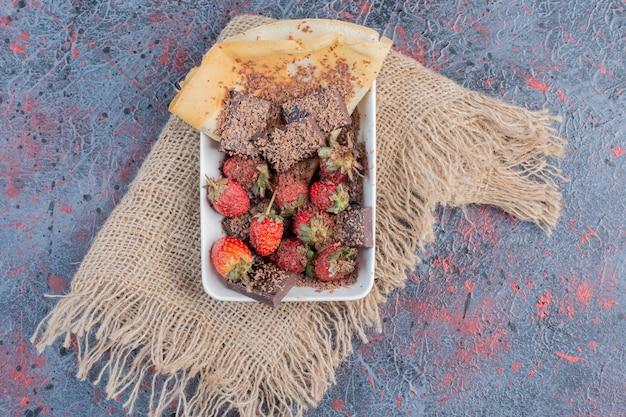 Macedonia di frutta con frutti di bosco e cioccolato amaro.