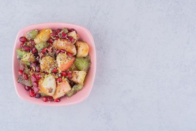 잘게 썰고 다진 과일과 향신료를 곁들인 과일 샐러드