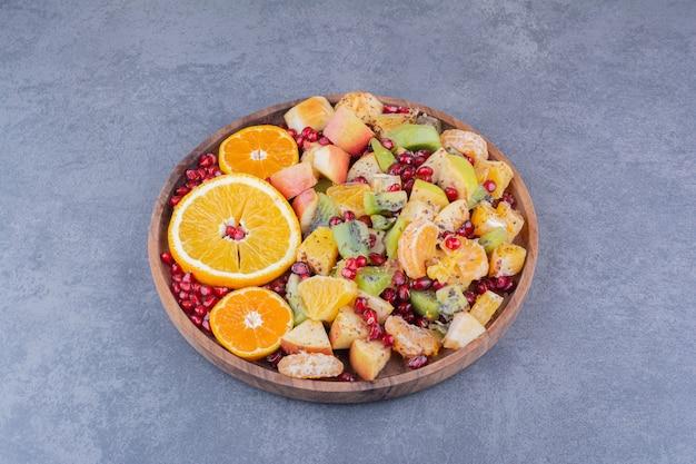 Macedonia di frutta con frutta e spezie tritate e tritate