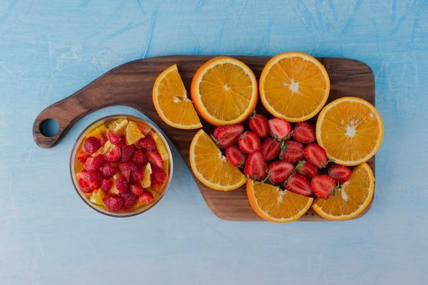 Фруктовый салат с клубникой и апельсинами с фруктовой доской в сторону