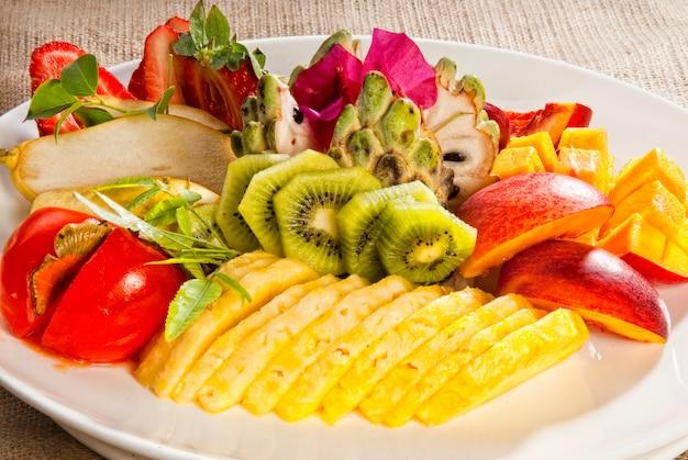 Фруктовый салатный микс - ананас, клубника, виноград, киви, банан, мандарин