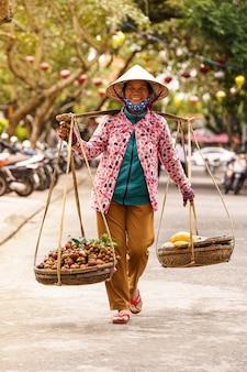 Продавщица фруктов с вьетнамской шляпой
