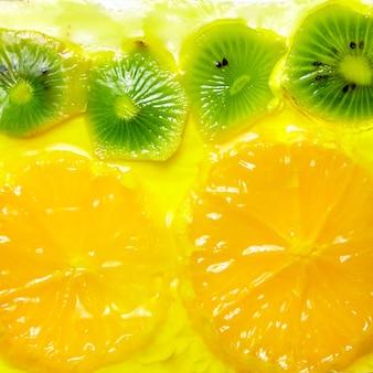 キウイとオレンジのクローズアップとフルーツサワークリームケーキ