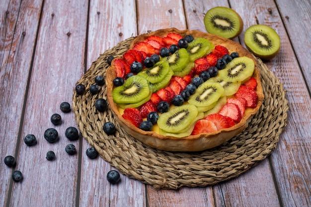 イチゴ、キウイ、ブルーベリーのフルーツタルト Premium写真