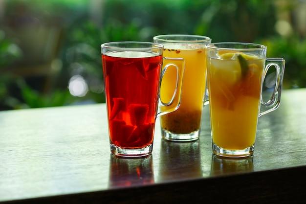 Бокалы для фруктового чая с открытым фоном