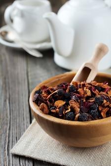 Фруктовый чай в бамбуковой миске на деревянном столе