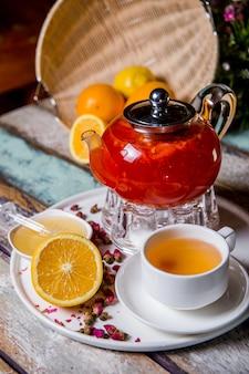 Фруктовый чай в стеклянном чайнике на чайной церемонии