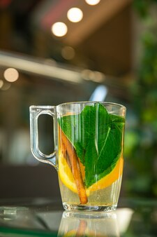 透明なカップに入ったフルーツティー。コーヒーショップで