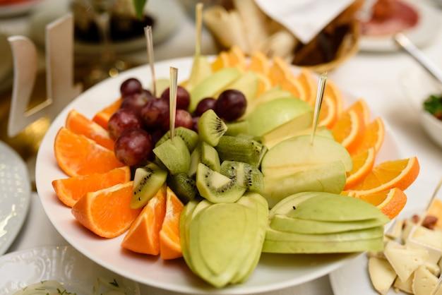 Фруктовый лоток с различными вкусными кусочками еды