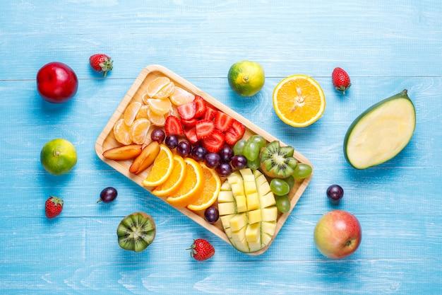 Ассорти из фруктов и ягод, веганская кухня.
