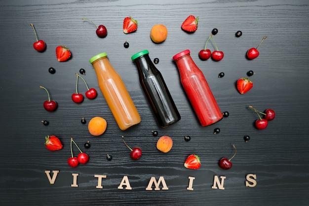 黒い木製の果物と碑文のビタミン。フード