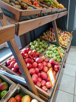 농산물 시장의 과일과 채소